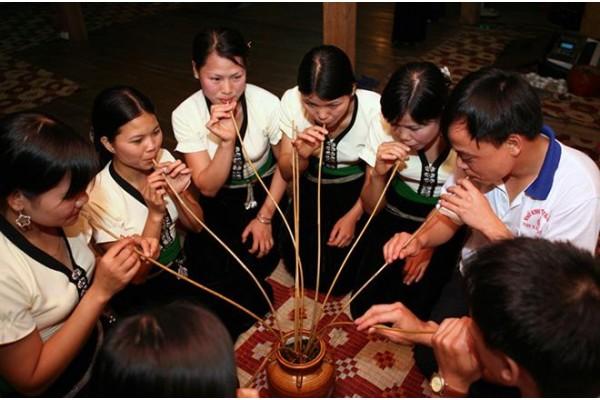 Nghề nấu rượu cần truyền thống và văn hoá uống rượu cần ở Tây Nguyên